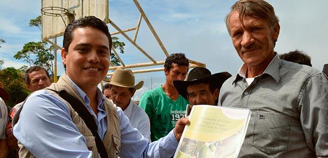 Mitchel Hernández, Agrónomo De Fundación Natura, Entregó Cartillas A Campesinos De Girón (Sant)