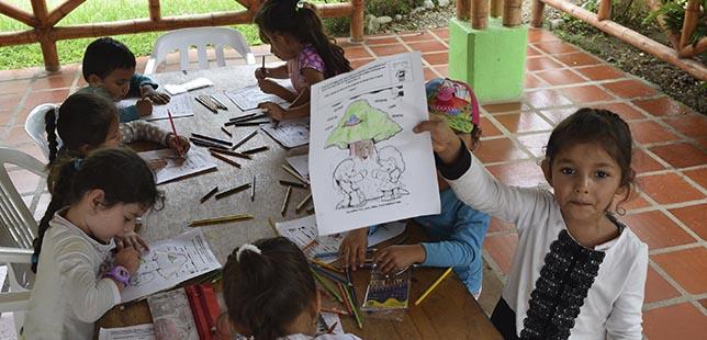 Los Niños Experimentan La Siembra Y Germinación De Semillas Del Bosque Seco Tropical